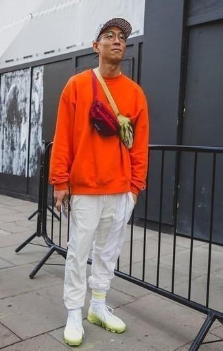 Transparente Sonnenbrille kombinieren – 500+ Frühling Herren Outfits: Für ein bequemes Couch-Outfit, kombinieren Sie ein orange Sweatshirts mit einer transparenten Sonnenbrille. Weiße und grüne Sportschuhe sind eine großartige Wahl, um dieses Outfit zu vervollständigen. So einfach kann ein trendiger Frühlings-Look sein.