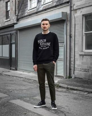 Olivgrüne Chinohose kombinieren: trends 2020: Tragen Sie ein schwarzes und weißes bedrucktes Sweatshirts und eine olivgrüne Chinohose für ein großartiges Wochenend-Outfit. Schwarze Leder niedrige Sneakers sind eine großartige Wahl, um dieses Outfit zu vervollständigen.