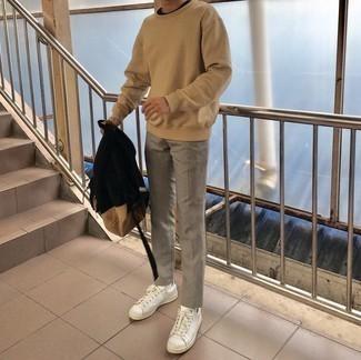 Weiße und grüne Leder niedrige Sneakers kombinieren – 108 Herren Outfits: Kombinieren Sie ein beige Sweatshirts mit einer grauen Chinohose für ein bequemes Outfit, das außerdem gut zusammen passt. Weiße und grüne Leder niedrige Sneakers sind eine kluge Wahl, um dieses Outfit zu vervollständigen.