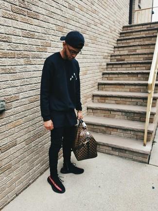 Wie kombinieren: schwarzes Sweatshirt, schwarzes T-Shirt mit einem Rundhalsausschnitt, schwarze enge Jeans, schwarze Sportschuhe