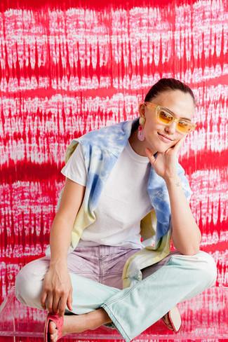 Wie kombinieren: hellblaues Mit Batikmuster Sweatshirt, weißes T-Shirt mit einem Rundhalsausschnitt, rosa Mit Batikmuster Jeans, fuchsia Leder Sandaletten