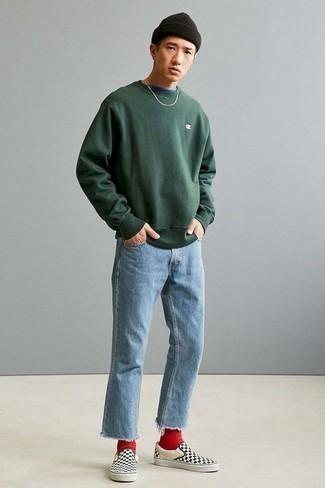 Herren Outfits & Modetrends 2020: Kombinieren Sie ein dunkelgrünes Sweatshirts mit hellblauen Jeans für ein sonntägliches Mittagessen mit Freunden. Komplettieren Sie Ihr Outfit mit schwarzen und weißen Slip-On Sneakers aus Segeltuch mit Karomuster.