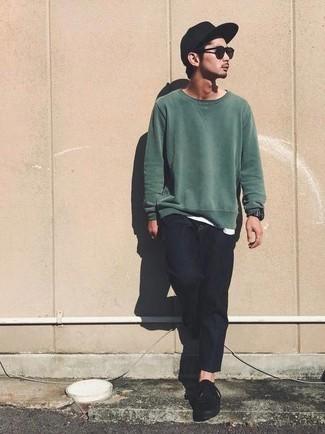 Schwarze Baseballkappe kombinieren: trends 2020: Entscheiden Sie sich für ein dunkelgrünes Sweatshirts und eine schwarze Baseballkappe für einen entspannten Wochenend-Look. Schwarze Segeltuch niedrige Sneakers putzen umgehend selbst den bequemsten Look heraus.