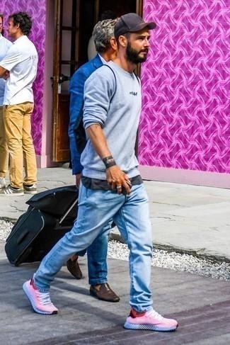 Dunkelgraues T-Shirt mit einem Rundhalsausschnitt kombinieren: trends 2020: Erwägen Sie das Tragen von einem dunkelgrauen T-Shirt mit einem Rundhalsausschnitt und hellblauen Jeans, um einen lockeren, aber dennoch stylischen Look zu erhalten. Fühlen Sie sich mutig? Entscheiden Sie sich für roten und weißen Sportschuhe.