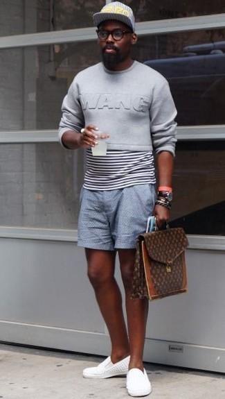 Herren Outfits 2020: Kombinieren Sie ein graues Sweatshirts mit hellblauen Shorts für einen bequemen Alltags-Look.