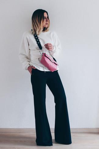 Wie kombinieren: weißes Sweatshirt, schwarze Schlaghose, fuchsia Leder Umhängetasche, weißer Leder Taillengürtel