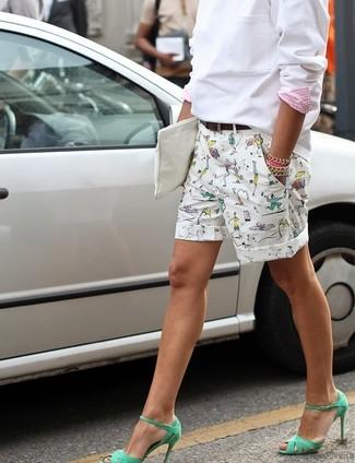 Wie kombinieren: weißes Sweatshirt, weiße bedruckte Shorts, grüne Leder Sandaletten, weiße Leder Clutch