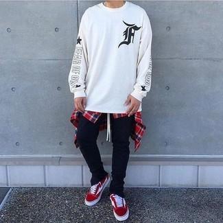 Wie kombinieren: weißes und schwarzes bedrucktes Sweatshirt, weißes und rotes und dunkelblaues Langarmhemd mit Schottenmuster, schwarze Jogginghose, rote Wildleder niedrige Sneakers