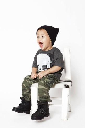 Wie kombinieren: dunkelgraues T-shirt, olivgrüne Camouflage Hose, schwarze Stiefel, schwarze Mütze