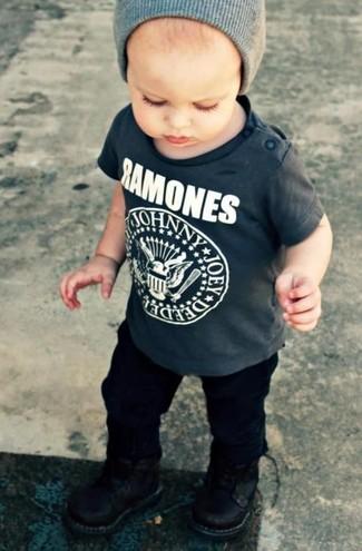 Wie kombinieren: dunkelgraues T-shirt, schwarze Hose, schwarze Stiefel, graue Mütze