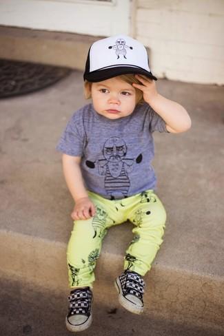 Wie kombinieren: graues T-shirt, gelbe Hose, schwarze Turnschuhe, weiße und schwarze Baseballkappe