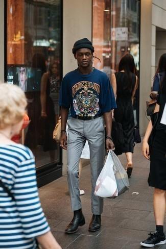 Herren Outfits 2020: Paaren Sie ein dunkelblaues bedrucktes T-Shirt mit einem Rundhalsausschnitt mit einer grauen Anzughose, wenn Sie einen gepflegten und stylischen Look wollen. Entscheiden Sie sich für schwarzen Chelsea Boots aus Leder, um Ihr Modebewusstsein zu zeigen.