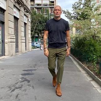 Dunkelbraune Lederuhr kombinieren – 500+ Herren Outfits: Ein dunkelblaues T-Shirt mit einem Rundhalsausschnitt und eine dunkelbraune Lederuhr sind eine perfekte Wochenend-Kombination. Fühlen Sie sich mutig? Ergänzen Sie Ihr Outfit mit rotbraunen Chelsea Boots aus Wildleder.