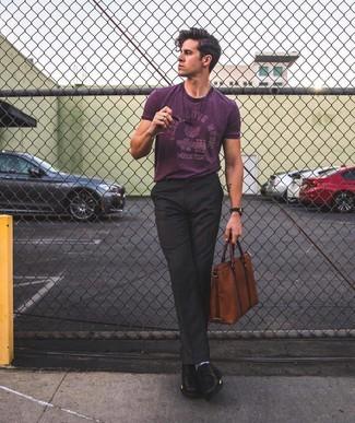 Wie kombinieren: lila bedrucktes T-Shirt mit einem Rundhalsausschnitt, schwarze Anzughose, schwarze Leder Derby Schuhe, braune Leder Aktentasche