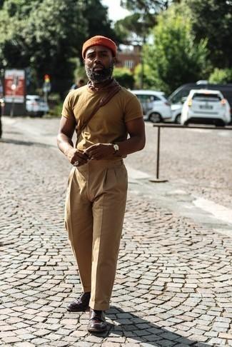 Dunkelbraune Lederuhr kombinieren – 500+ Herren Outfits: Kombinieren Sie ein beige T-Shirt mit einem Rundhalsausschnitt mit einer dunkelbraunen Lederuhr für einen entspannten Wochenend-Look. Fühlen Sie sich ideenreich? Entscheiden Sie sich für dunkelbraunen Leder Derby Schuhe.