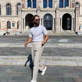heiß Wetter Outfits Herren 2020: Entscheiden Sie sich für ein graues T-Shirt mit einem Rundhalsausschnitt und eine hellbeige Anzughose für einen für die Arbeit geeigneten Look. Suchen Sie nach leichtem Schuhwerk? Wählen Sie weiße Segeltuch niedrige Sneakers für den Tag.