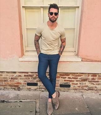 Wie kombinieren: gelbes T-Shirt mit einem Rundhalsausschnitt, dunkelblaue Anzughose, braune Wildleder Oxford Schuhe, schwarze Sonnenbrille