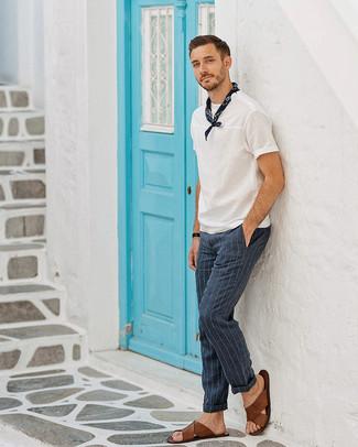Wie kombinieren: weißes T-Shirt mit einem Rundhalsausschnitt, dunkelblaue vertikal gestreifte Anzughose, braune Ledersandalen, dunkelblauer Bandana