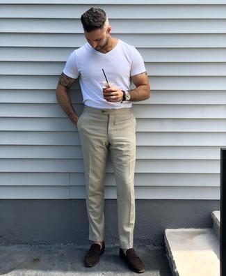 Wie kombinieren: weißes T-Shirt mit einem Rundhalsausschnitt, hellbeige Anzughose, dunkelbraune Wildleder Slipper, schwarze Lederuhr