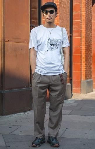 Dunkelroten geflochtenen Ledergürtel kombinieren – 13 Herren Outfits: Für ein bequemes Couch-Outfit, kombinieren Sie ein weißes und schwarzes bedrucktes T-Shirt mit einem Rundhalsausschnitt mit einem dunkelroten geflochtenen Ledergürtel. Fühlen Sie sich ideenreich? Wählen Sie dunkelblauen Sportschuhe.
