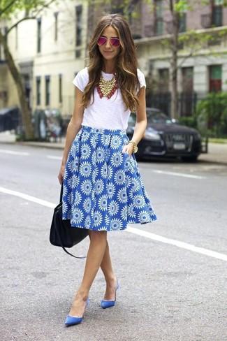 Wie kombinieren: weißes T-Shirt mit einem Rundhalsausschnitt, blauer ausgestellter Rock mit Blumenmuster, blaue Wildleder Pumps, schwarze Shopper Tasche aus Leder