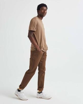 Beige T-Shirt mit einem Rundhalsausschnitt kombinieren – 360 Herren Outfits: Tragen Sie ein beige T-Shirt mit einem Rundhalsausschnitt und braunen Jeans für ein Alltagsoutfit, das Charakter und Persönlichkeit ausstrahlt. Suchen Sie nach leichtem Schuhwerk? Vervollständigen Sie Ihr Outfit mit weißen Sportschuhen für den Tag.