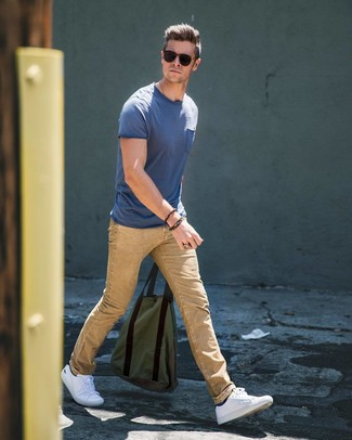 Wie kombinieren: blaues T-Shirt mit einem Rundhalsausschnitt, beige Jeans, weiße niedrige Sneakers, schwarze Socke
