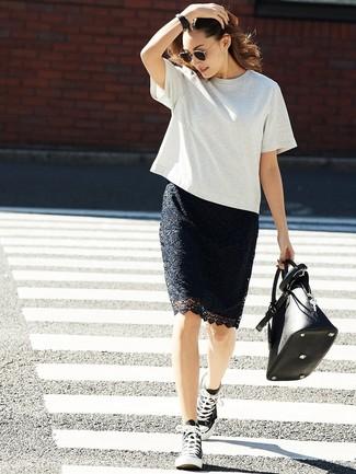 Wie kombinieren: graues T-Shirt mit einem Rundhalsausschnitt, schwarzer Spitze Bleistiftrock, schwarze und weiße hohe Sneakers aus Segeltuch, schwarze Shopper Tasche aus Leder