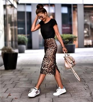 Wie kombinieren: schwarzes T-Shirt mit einem Rundhalsausschnitt, brauner Bleistiftrock mit Leopardenmuster, weiße Leder niedrige Sneakers, hellbeige bestickte Leder Umhängetasche
