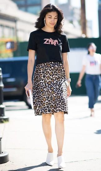 Wie kombinieren: schwarzes bedrucktes T-Shirt mit einem Rundhalsausschnitt, brauner Bleistiftrock mit Leopardenmuster, weiße Leder Pantoletten, weiße Leder Uhr