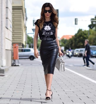 Wie kombinieren: schwarzes und weißes bedrucktes T-Shirt mit einem Rundhalsausschnitt, schwarzer Leder Bleistiftrock, schwarze Leder Pumps, weiße Lederhandtasche