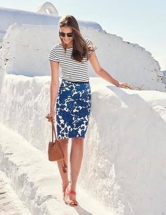 Wie kombinieren: weißes und schwarzes horizontal gestreiftes T-Shirt mit einem Rundhalsausschnitt, blauer Bleistiftrock mit Blumenmuster, rosa Leder Sandaletten, braune Leder Beuteltasche
