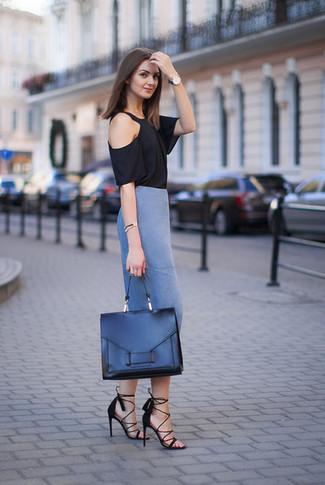Wie kombinieren: schwarzes T-Shirt mit einem Rundhalsausschnitt, blauer Bleistiftrock, schwarze Wildleder Sandaletten, schwarze Satchel-Tasche aus Leder
