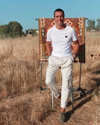 Weiße Cargohose kombinieren – 2 Herren Outfits heiß Wetter: Ein weißes besticktes T-Shirt mit einem Rundhalsausschnitt und eine weiße Cargohose sind eine perfekte Wochenend-Kombination. Fühlen Sie sich mutig? Entscheiden Sie sich für olivgrünen Segeltuch niedrige Sneakers.