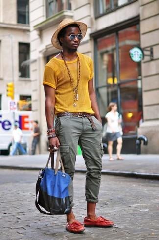 Wie kombinieren: gelbes T-Shirt mit einem Rundhalsausschnitt aus Netzstoff, olivgrüne Cargohose, rote Leder Slipper mit Quasten, blaue Shopper Tasche aus Segeltuch