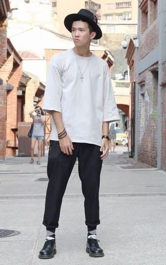 Schwarzen Wollhut kombinieren: trends 2020: Erwägen Sie das Tragen von einem weißen T-Shirt mit einem Rundhalsausschnitt und einem schwarzen Wollhut für einen entspannten Wochenend-Look. Schwarze Leder Derby Schuhe putzen umgehend selbst den bequemsten Look heraus.