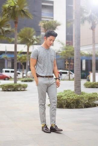 Dunkellila Leder Derby Schuhe kombinieren: trends 2020: Kombinieren Sie ein graues T-Shirt mit einem Rundhalsausschnitt mit einer grauen Chinohose für ein bequemes Outfit, das außerdem gut zusammen passt. Ergänzen Sie Ihr Outfit mit dunkellila Leder Derby Schuhen, um Ihr Modebewusstsein zu zeigen.