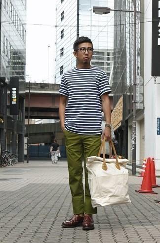 Weißes und dunkelblaues horizontal gestreiftes T-Shirt mit einem Rundhalsausschnitt kombinieren – 397 Herren Outfits: Entscheiden Sie sich für ein weißes und dunkelblaues horizontal gestreiftes T-Shirt mit einem Rundhalsausschnitt und eine olivgrüne Chinohose für ein Alltagsoutfit, das Charakter und Persönlichkeit ausstrahlt. Fühlen Sie sich mutig? Komplettieren Sie Ihr Outfit mit dunkelroten Leder Derby Schuhen.
