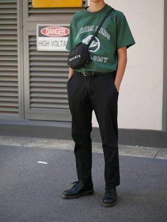heiß Wetter Outfits Herren 2020: Kombinieren Sie ein dunkelgrünes bedrucktes T-Shirt mit einem Rundhalsausschnitt mit einer schwarzen Chinohose für ein sonntägliches Mittagessen mit Freunden. Entscheiden Sie sich für schwarzen Leder Derby Schuhe, um Ihr Modebewusstsein zu zeigen.