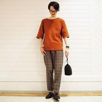 Smart-Casual heiß Wetter Outfits Herren 2020: Vereinigen Sie ein orange T-Shirt mit einem Rundhalsausschnitt mit einer braunen Chinohose mit Schottenmuster, um mühelos alles zu meistern, was auch immer der Tag bringen mag. Machen Sie Ihr Outfit mit schwarzen Leder Derby Schuhen eleganter.