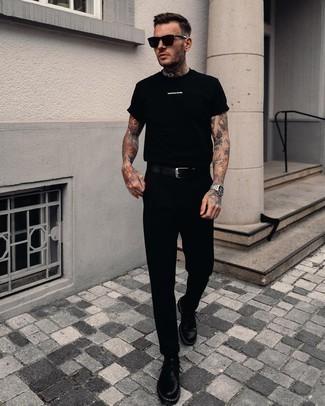Schwarzes T-Shirt mit einem Rundhalsausschnitt kombinieren – 500+ Herren Outfits: Erwägen Sie das Tragen von einem schwarzen T-Shirt mit einem Rundhalsausschnitt und einer schwarzen Chinohose für einen bequemen Alltags-Look. Fühlen Sie sich ideenreich? Ergänzen Sie Ihr Outfit mit schwarzen Leder Derby Schuhen.
