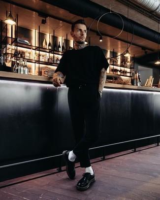Schwarze Leder Derby Schuhe kombinieren – 500+ Herren Outfits: Entscheiden Sie sich für ein schwarzes T-Shirt mit einem Rundhalsausschnitt und eine schwarze Chinohose für einen bequemen Alltags-Look. Fügen Sie schwarzen Leder Derby Schuhe für ein unmittelbares Style-Upgrade zu Ihrem Look hinzu.