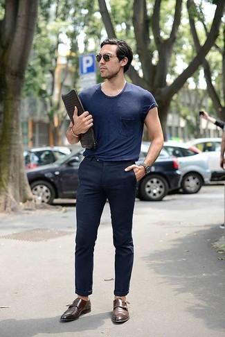 Wie kombinieren: dunkelblaues T-Shirt mit einem Rundhalsausschnitt, dunkelblaue Chinohose, braune Doppelmonks aus Leder, schwarze geflochtene Leder Clutch Handtasche