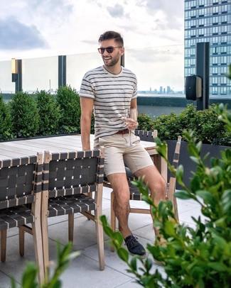 Wie kombinieren: weißes und dunkelblaues horizontal gestreiftes T-Shirt mit einem Rundhalsausschnitt, hellbeige Chinohose, dunkelblaue Segeltuch Espadrilles, brauner Ledergürtel
