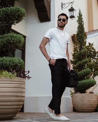 Herren Outfits 2021: Kombinieren Sie ein weißes T-Shirt mit einem Rundhalsausschnitt mit einer schwarzen Chinohose, um einen lockeren, aber dennoch stylischen Look zu erhalten. Vervollständigen Sie Ihr Look mit grauen horizontal gestreiften Segeltuch Espadrilles.