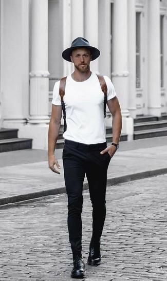 Wie kombinieren: weißes T-Shirt mit einem Rundhalsausschnitt, schwarze Chinohose, schwarze Lederfreizeitstiefel, brauner Leder Rucksack