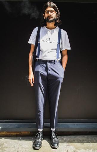 Weißes und schwarzes bedrucktes T-Shirt mit einem Rundhalsausschnitt kombinieren: trends 2020: Für ein bequemes Couch-Outfit, kombinieren Sie ein weißes und schwarzes bedrucktes T-Shirt mit einem Rundhalsausschnitt mit einer dunkelblauen vertikal gestreiften Chinohose. Heben Sie dieses Ensemble mit einer schwarzen Lederfreizeitstiefeln hervor.