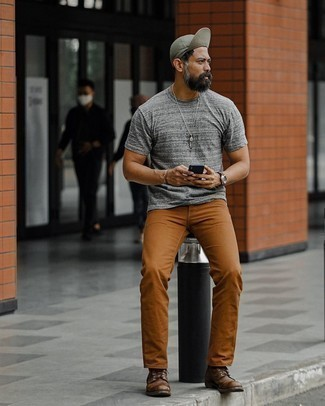 Rotbraune Chinohose kombinieren – 500+ Herren Outfits: Vereinigen Sie ein graues T-Shirt mit einem Rundhalsausschnitt mit einer rotbraunen Chinohose für ein bequemes Outfit, das außerdem gut zusammen passt. Fühlen Sie sich mutig? Wählen Sie eine dunkelbraune Lederfreizeitstiefel.