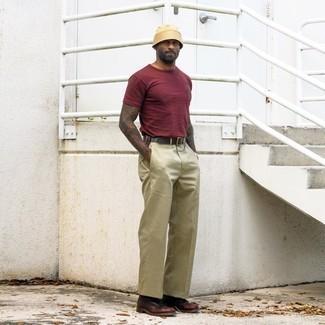 Beige Chinohose kombinieren – 500+ Herren Outfits: Kombinieren Sie ein dunkelrotes T-Shirt mit einem Rundhalsausschnitt mit einer beige Chinohose für ein großartiges Wochenend-Outfit. Wählen Sie eine dunkelbraune Lederfreizeitstiefel, um Ihr Modebewusstsein zu zeigen.