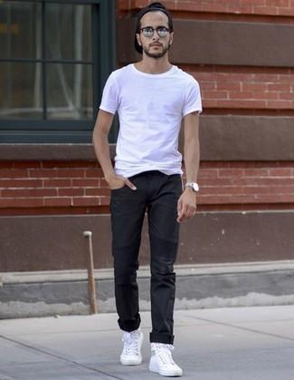 Wie kombinieren: weißes T-Shirt mit einem Rundhalsausschnitt, schwarze Chinohose, weiße hohe Sneakers aus Segeltuch, schwarze Baseballkappe